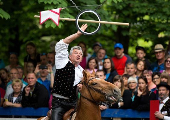 Geschicklichkeit, Schnelligkeit, Ausdauer und Könen werden beim 36. Oswald von Wolkensteinritt am Fuße des Schlerns in Südtirol von Mensch und Pferd verlangt. Foto: rubra