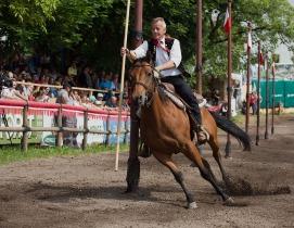 Geschicklichkeit, Schnelligkeit, Ausdauer und Können werden beim 36. Oswald von Wolkensteinritt am Fuße des Schlerns in Südtirol von Mensch und Pferd verlangt. Foto: rubra