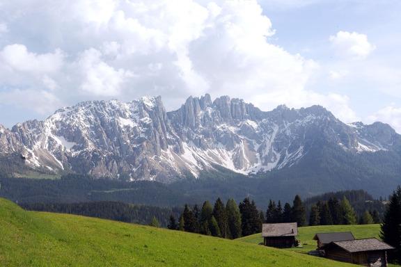Wolkentürme über der Dolomiten-Gebirgsgruppe Latemar in Südtirol, gesehen vom Nigerpass. Foto: rubra