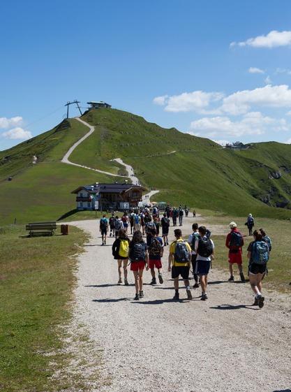 Wanderer auf dem Belvedere, im Winter ein beliebtes Skigebiet.