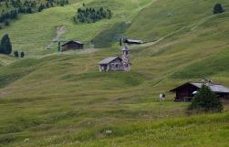 Das Bergkirchlein inmitten der Seceda Alm.