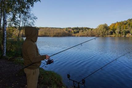 Das Bild zeigt einen Angler am herbstlichen Holzöstersee im Innviertel. Foto: rubra