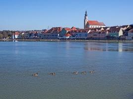 Blick aus dem bayrischen Neuhaus über den Inn auf die Innviertler Stadt Schärding. Foto: rubra